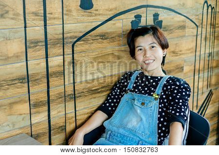Beautiful Asian woman happy Waiting for coffee in Coffee shop