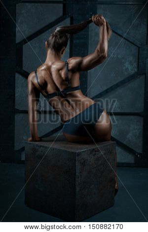 Female bodybuilder back demonstrates his a relief she is naked.