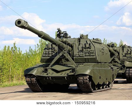 152 mm self-propelled howitzer on crawler tracks with rotating turret