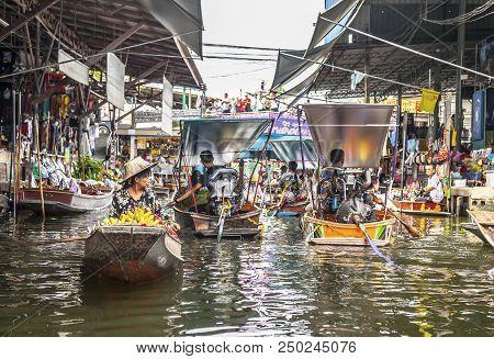 Damnoen Saduak (thailand) - 7 June 2017: Lots Of Tourists Are Visiting The Famous Damnoen Saduak Flo