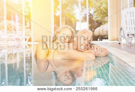 Senioren Paar bei Entspannung beim Wellness Urlaub im Pool