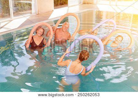 Gruppe Senioren bei Aquagymnastik im Hotel Pool beim Wellness Urlaub