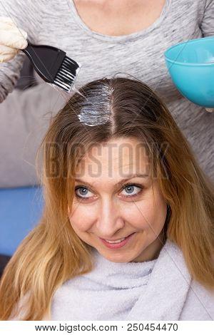 Einer Frau Werden Die Langen Haare Gefärbt
