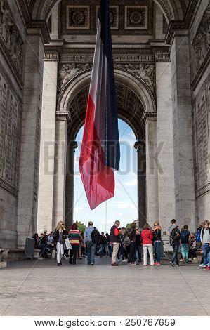 Paris, France 01/06/15 People Visiting The Famous Arc De Triomphe