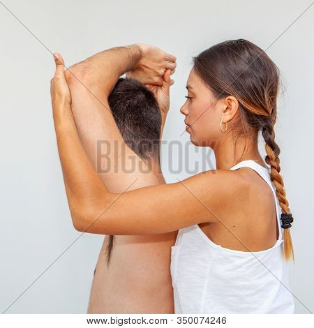massuer massaging an injured shoulder