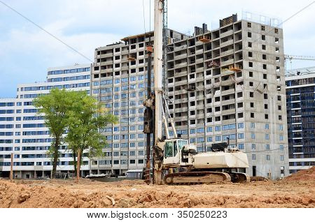 Tracked Pile-driver, Which Can Be Used As Large Drilling Equipment As Well As Pile-driving Equipment