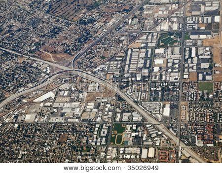 am Flussufer Kalifornien Antenne an der Autobahn-Anschlussstelle 60, 91 und 215.