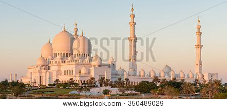 Panorama of Sheikh Zayed Grand Mosque in Abu Dhabi, United Arab Emirates