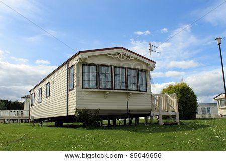 Moderna statiska husvagn på campingen under sommaren, semester eller semester scen.