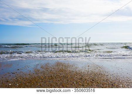 Playa En Día De Cielo Azul Sin Nubes