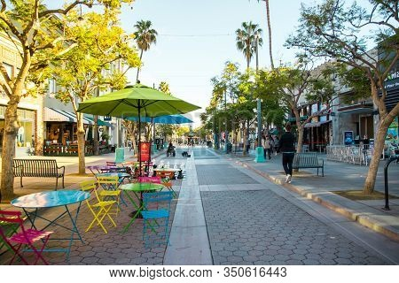 Los Angeles/usa- 02.02.2020 :   Santa Monica Third Street Promenade  Pedestrian Shopping Palmtrees