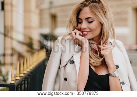Blissful Lightly-tanned European Lady Wears Stylish Jacket Having Fun After Work Day And Laughing. C