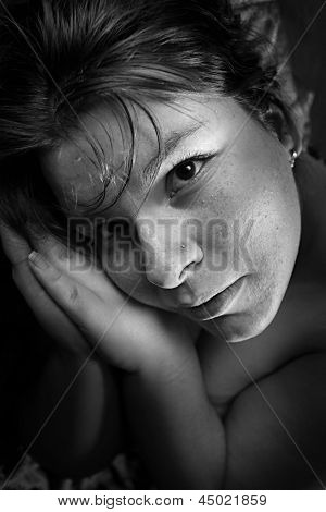 Black and white portrait of an praying girl.