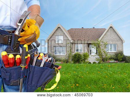 Trabajador con un cinturón de herramientas. Concepto de renovación de construcción y de la casa.