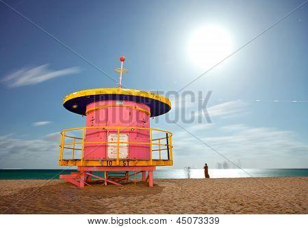 Miami Beach Florida-bunte Rettungsschwimmer-Haus in der Nacht