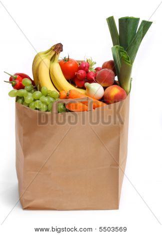 Bolso lleno de frutos sanos y verduras