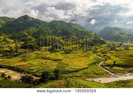 Sapa valley with the mountians in the background