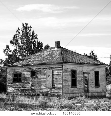 An abandoned farmhouse in Central Oregon on a sunny afternoon.