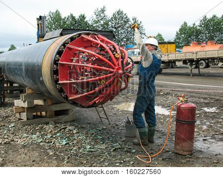Work heats mounting centralizer pipeline. a Centralizer