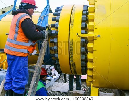 Work tighten the nuts on the flange.
