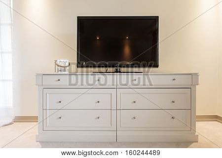 Flat Screen Tv On Cabinet