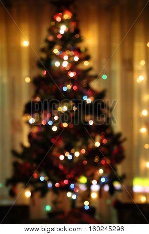 Árbol de navidad desenfocado con luces de colores.
