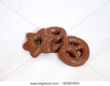 Galletas de gengibre recubiertas de chocolate. Diferentes formas.