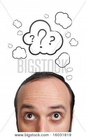 Chico divertido con signo de interrogación sobre su cabeza