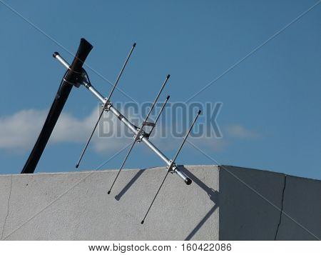 Antena de televisión pública con el cielo de  fondo