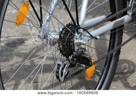 Bicycle wheel / Bicycle wheel with spokes and chain