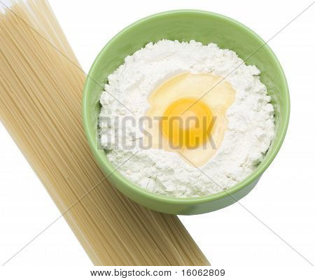 An egg is in a flour and fedelini