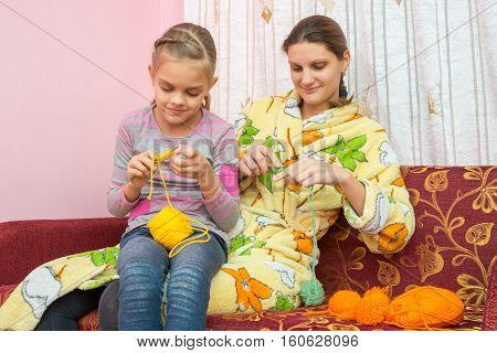 Mom And Daughter Seven-year-knit On The Needles At Home