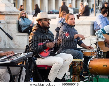 LISBON PORTUGAL - NOVEMBER 17 2016: Artist performing in Cais das Colunas in the Old Town of Lisbon on 17th of November 2016.