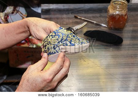 Bounded feet lotus mini traditional shoe crafts making