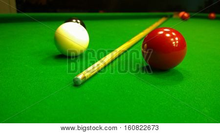 Cue and snooker balls are on the table
