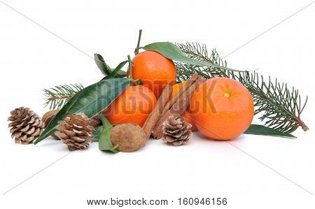clementines with leaf and cinnamon con white background
