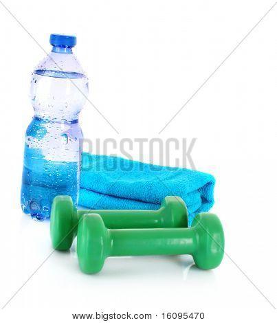 Blaue Flasche Wasser, Sport Handtuch und Sportgeräte vor einem weißen Hintergrund isoliert