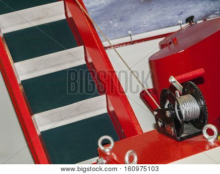 Ladder on wheels in which the tilt angle varies with the manual winch