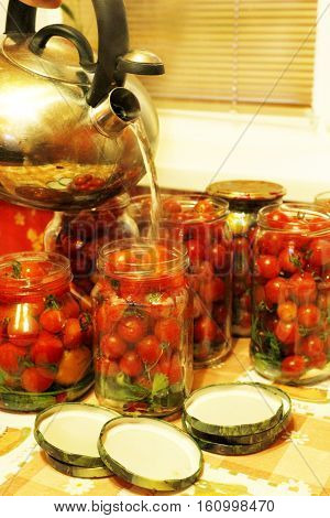 process of preservation of tomatoes in jars flooding by boiling water