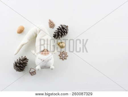 CHRISTMAS COMPOSITION, WHITE DWARF OBJECT, PINE CONE, CHRISTMAS DECORATION,  NUTS, NEW YEAR'S EVE, MINIMAL CARD BACKGROUND