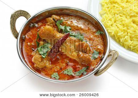 Курица карри, индийское блюдо, на белом фоне