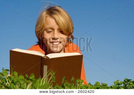 Criança leitura livro ou Bíblia ao ar livre