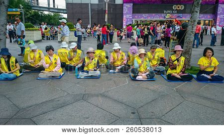 Taipei/taiwan - April 17 2013:support Falun Dafa Group Remonstrate In Front Of 101 Building In Taipe