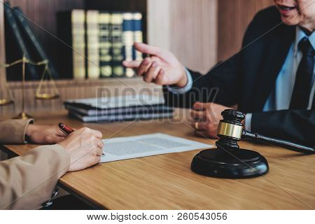 Customer Service Good Cooperation, Consultation Between A Businesswoman And Male Lawyer Or Judge Con