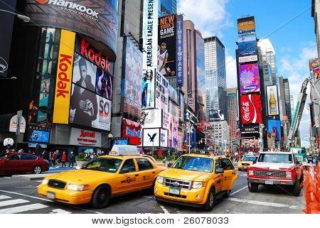 Nueva York - 5 SEP: Times Square, con signos de teatros de Broadway y LED, es un símbolo de N