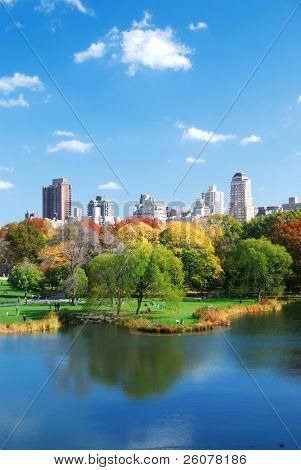 New Yorker Central Park im Herbst mit Manhattan Wolkenkratzer und bunt Bäume über See mit wieder