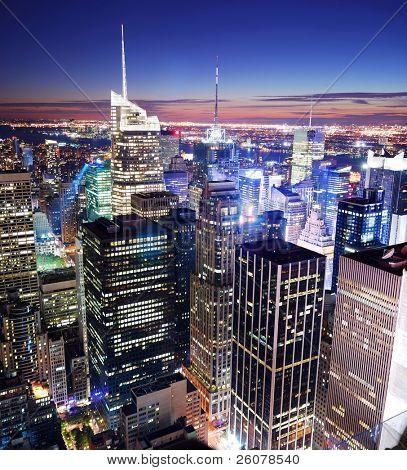 Nueva York Manhattan panorama horizonte puesta de sol vista aérea con Times Square.