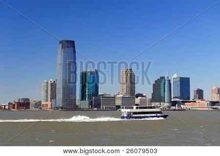 Panorama del horizonte de Hoboken de Nueva Jersey sobre río Hudson con rascacielos y un cielo azul claro han consultado para
