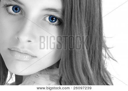 화장 하 고 정장 드레스에 아름 다운 12 살짜리 소녀.  얼굴만입니다.