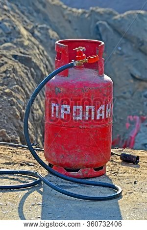 Text On Red Gas Cylinder : Propane Gas